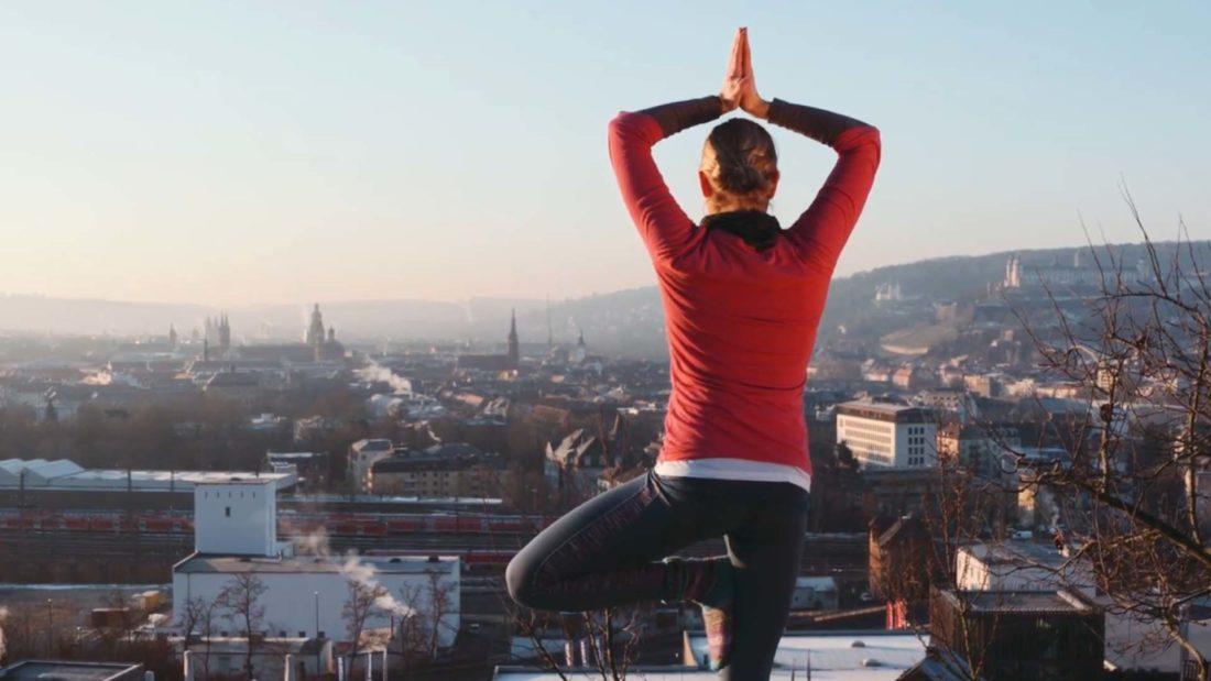 vierlaufende image video yoga und musikerin würzburg